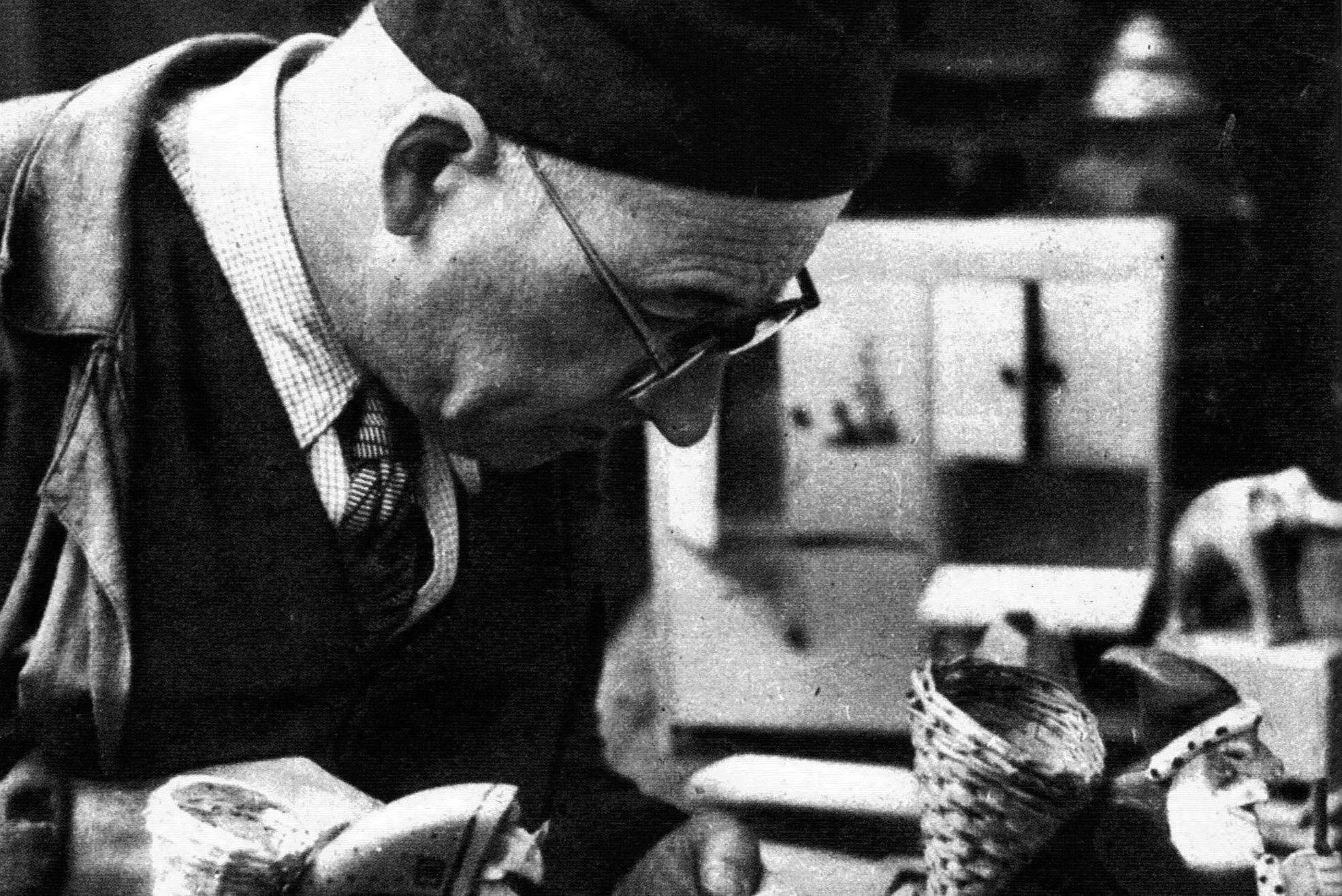 Foto di Bendandi nel 1952 mentre crea un giocattolo in legno