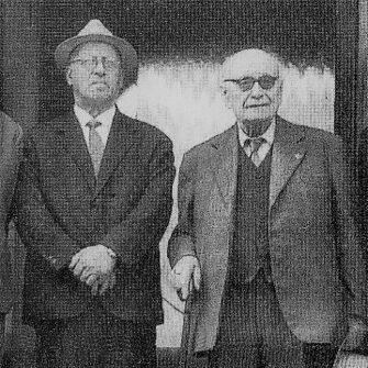Foto di Bendandi all'ingresso dell'Istituto Salesiano con il maestro Secondo Guadagnini